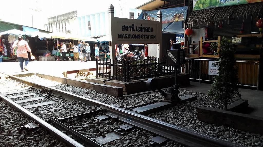 メークロン市場の行き方と電車が来る時間はここでチェック!